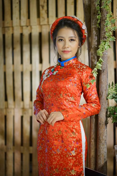 [Caption]Gấm là chất liệu cao cấp, vốn được sử dụng trong trang phục hoàng tộc xưa. Ngày nay, áo dài cưới bắng gấm tôn vóc dáng, cứng cáp, lộng lẫy nên được nhiều cô dâu ưa chuộng. Màu sắc phổ biến nhất cho trang phục ngày cưới là màu đỏ truyền thống.