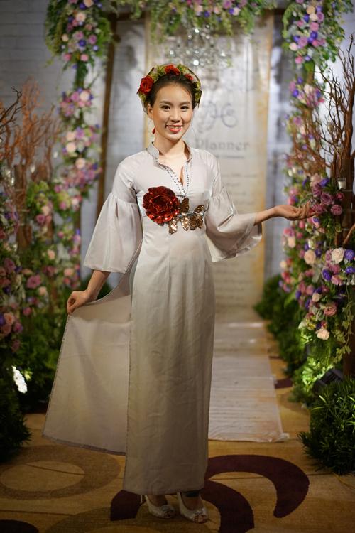 [Caption]Để thêm phần nổi bật, cô dâu có thể kết hợp với mấn đội đầu khổ to được đính kết kỳ công.