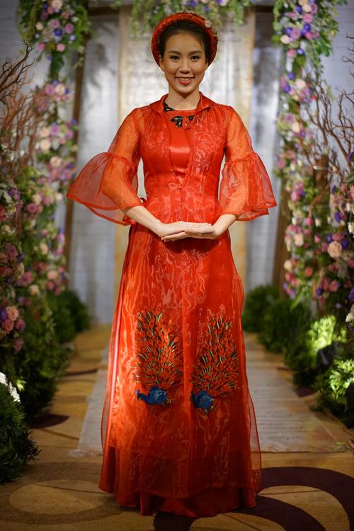 [Caption]Áo dài màu hồng được đắp nổi, thêu hoạ tiết long phụng kỳ công được chuẩn bị riêng cho Lan Phương.
