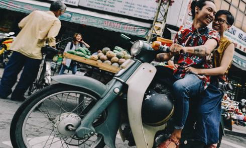 Ảnh cưới 'chất lừ' của cặp đôi Sài Gòn yêu xe Cub cổ