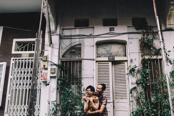 [Caption]Cặp đôi thoải mái tạo dáng. Ê kíp chụp ảnh có nhiệm vụ giúp họ lưu giữ lại những giây phút vui vẻ này.