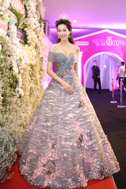 Dàn mỹ nhân lộng lẫy trên thảm đỏ chung kết Hoa hậu Việt Nam