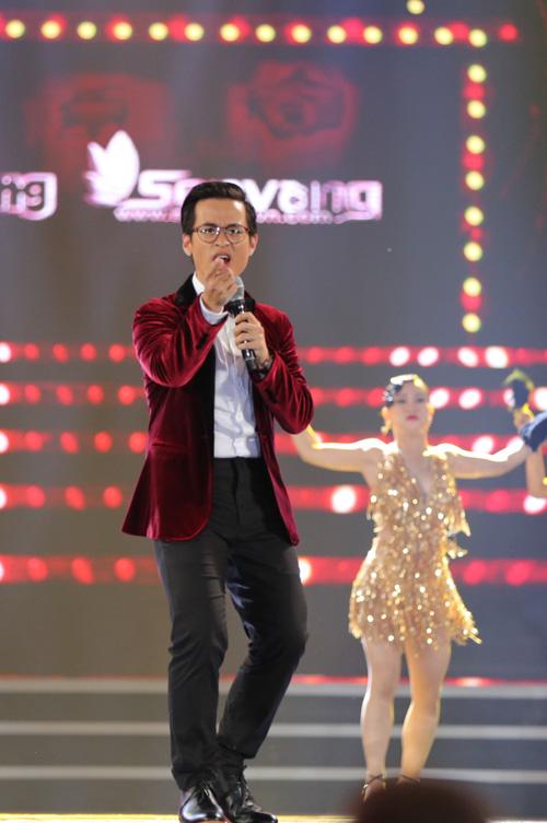 Ca sĩ Hà Anh Tuấn tiếp nối chương trình với ca khúc Thuở ấy có em phối phong cách jazz.