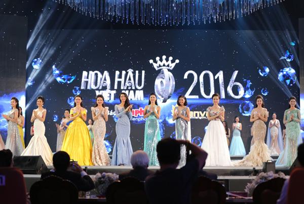 Sau phần thi Trang phục dạ hội, MC công bố các thí sinh vào Top 10 Hoa hậu Việt Nam 2016.