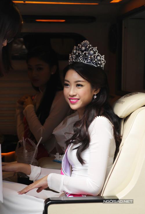 Khoảng 15h30 chiều 29/8, Hoa hậu Đỗ Mỹ Linh cùng hai Á hậu Thanh Tú, Thùy Dung đến tòa soạn VnExpress để giao lưu trực tuyến.