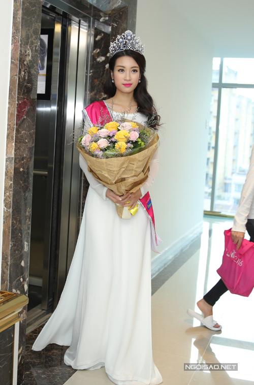 Đỗ Mỹ Linh là người Hà Nội, cao 171cm, nặng 52kg, số đo 3 vòng 87-61-94. Cô đang là sinh viên Đại học Ngoại thương, bạn cùng khóa với Hoa hậu Kỳ Duyên.