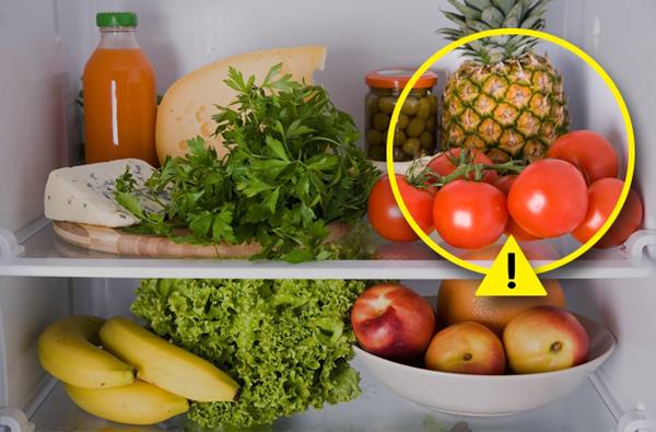 Đây là một suy nghĩ sai lầm. Cà chua, hành tây, tỏi, bí xanh, cà tím và một số loại trái câu nhiệt đới như xoài và kiwi sẽ ngon hơn khi để ở ngoài nhiệt độ thường. Khi cất những loại thức ăn này trong tủ lạnh sẽ khiến chúng mất đi độ tươi và hỏng nhanh.