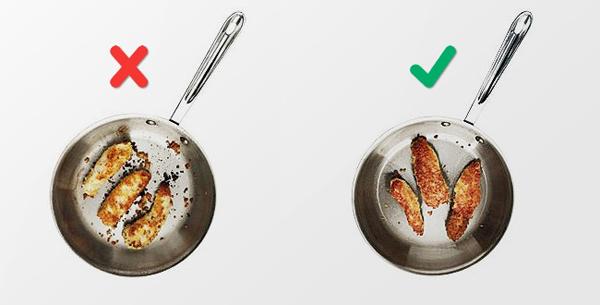Điều này sẽ khiến thức ăn của bạn bị khô và mất đi lớp vỏ chín tới ngon lành. Cứ để kiệt tác của bạn nguyên trong chảo và đừng để ý đến nó quá nhiều - đó chính là quy tắc vàng của nấu ăn.