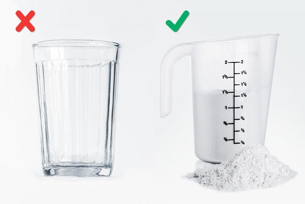 Nhiều người trong chúng ta đo lường số lượng của thành phần bột nhão bằng cách sử dụng kính hoặc một cốc mà không chú ý nhiều đến một thực tế mà nó nắm giữ khối lượng khác nhau của khô sản phẩm và chất lỏng. Hãy nhớ rằng: làm bánh đòi hỏi sự tuân thủ chính xác với các số đo nhất định. Vì vậy, nếu bạn không nhớ tất cả các bảng của trọng lượng và các biện pháp bằng trái tim, hãy thử sử dụng một ly đo lường và nhà bếp đặc biệt quy mô.