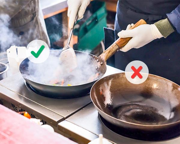 Các đầu bếp hàng đầu nói: Nếu bạn nghĩ chảo của bạn đã đủ nóng, hãy chờ thêm 2 phút nữa rồi hãy nấu nhé!. Bạn phải chắc chắn rằng chảo của bạn đã đủ nóng thì rau và thịt nấu mới ngon được.