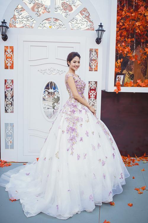 [Caption] Sắc tím mơ mộng pha chút mê hoặc mang đến cho người mặc vẻ đẹp quý phái, kiêu sa, vì thế, váy cưới màu tím được nhiều cô dâu chọn mặc trong ngày trọng đại.