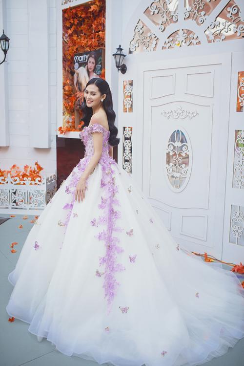 [Caption]Váy cưới màu tím nhạt như đóa oải hương giúp tôn nước da trắng hồng của cô dâu trong ngày cưới. Với thiết kế ấn tượng, bộ soiree tím trở nên đẹp hoàn hảo, lộng lẫy.