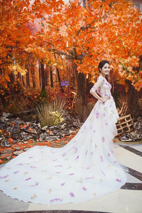 [Caption]Nhà thiết kế đề cao yếu tố gọn nhẹ, linh hoạt, độ dài vừa phải và nhấn nhá ở phần cúp ngực trong bộ váy cưới mullet độc đáo. Dáng váy này là sự kết hợp giữa sự mềm mại, nữ tính và sự khỏe khoắn, năng động, phù hợp với cô dâu có vóc dáng thấp bé.