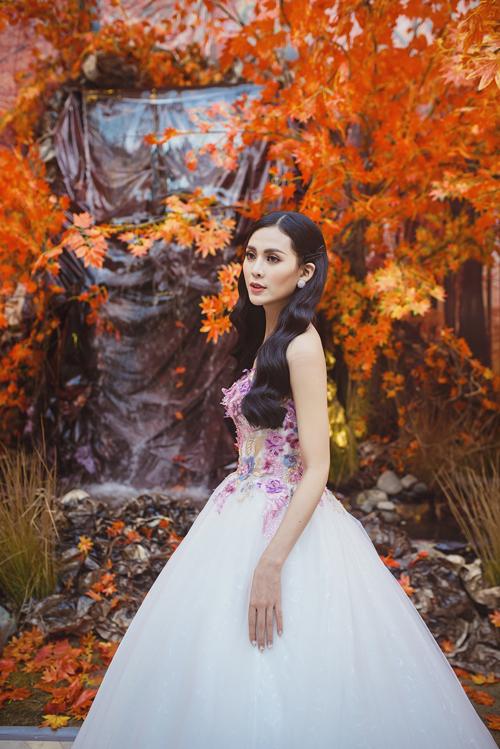 [Caption]Vẻ đẹp e ấp, nhẹ nhàng, sang trọng của tân nương được tôn lên bằng trang phục váy công chúa, đính chi tiết hoa rơi trên thân áo.