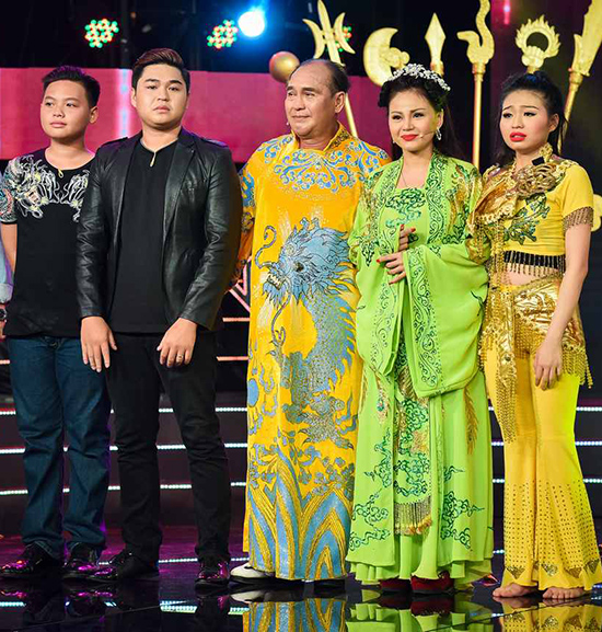 gia-dinh-duy-phuong-le-giang-chup-anh-chung-trong-nuoc-mat-5