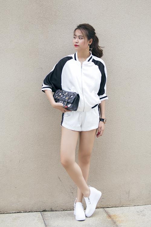 Cùng với sự hỗ trợ đắc lực của stylist Hoàng Ku, hình ảnh của nữ ca sĩ luôn có được nét hoàn hảo về tổng thể nhờ cách mix - match trang phục, phụ kiện ăn ý.