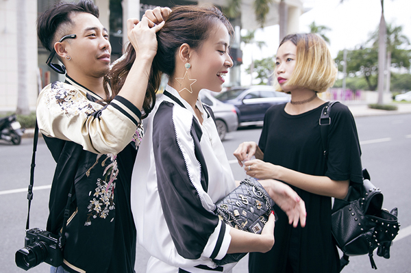 hoang-thuy-linh-cam-giay-cao-got-choang-stylist-tren-pho