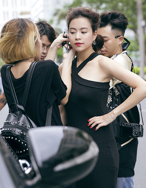 hoang-thuy-linh-cam-giay-cao-got-choang-stylist-tren-pho-2