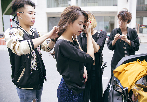 hoang-thuy-linh-cam-giay-cao-got-choang-stylist-tren-pho-5