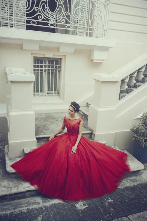 [Caption]Cô dâu có làn da trắng xanh nên chọn tông đỏ ấm nóng để mang lại vẻ hồng hào và sức sống cho làn da.