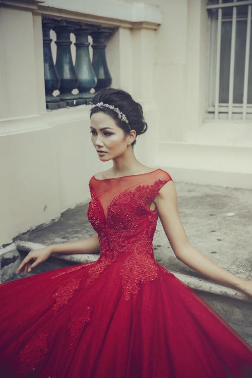 [Caption]Vẻ đẹp e ấp, nhẹ nhàng, sang trọng của tân nương được tôn lên bằng trang phục váy công chúa. Họa tiết ren nổi màu trắng kết hợp pha lê đính khắp thân váy, tà váy và khăn voan càng làm bộ váy cưới thêm nổi bật, lộng lẫy.