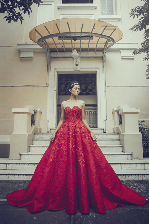 [Caption]Mẫu thiết kế có phần tùng váy xòe rộng cùng điểm nhấn xẻ ngực sâu là gợi ý hoàn hảo cho cô dâu trong mùa cưới 2017.