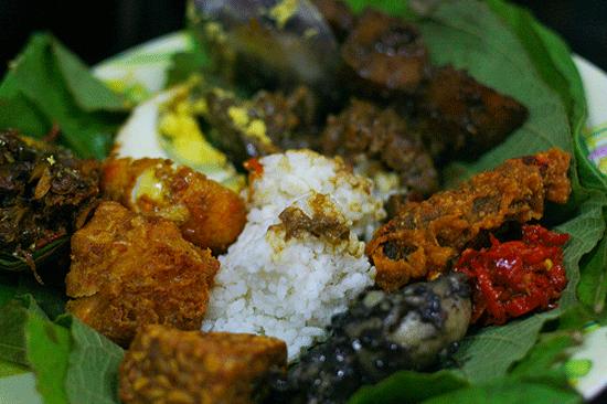 2. Nasi jamblang  Tên gọi món ăn có nguồn gốc từ khu vực Jamblang ở Cirebon, tây Java. Món ăn này khá phổ biến trong bữa ăn truyền thống của người dân địa phương. Nó bao gồm cá muối, đậu hủ, rau. Ở Jakarta, bạn có thể thưởng thức nasi jamblang ở Nasi Jamblang Tulen. Ảnh: blogs.unpad.ac.id.