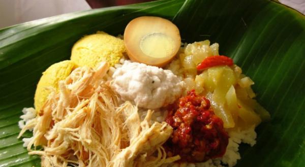 3. Nasi liwet  Có nguồn gốc từ Surakarta, miền trung Java, nasi liwet khá nổi tiếng trong ẩm thực Jakarta và thường được ăn trong những dịp lễ đặc biệt. Thành phần chính của món ăn là sự kết hợp tuyệt vời giữa nước cốt dừa, nước dùng gà và nhiều gia vị khác nhau. Khi có dịp, bạn hãy đến nhà hàng Nasi Liwet Keprabon ở Jakarta để thưởng thức. Ảnh: infokuberita.