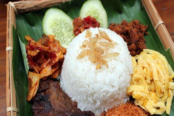 4. Nasi langgi  Cùng nguồn gốc từ vùng Surakarta, nasi langgi được nhiều người dân Jakarta yêu thích. Món cơm được dùng kèm với trứng, thịt gà và hương vị cay, ngọt hài hòa tạo nên sự hấp dẫn riêng thu hút thực khách. Nhà hàng Nasi Langgi Mbok Rene ở Jakarta chuyên phục vụ món ăn này. Ảnh: masakandapurku.