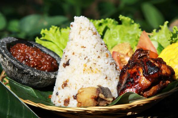 5. Nasi tutug oncom  Đúng như tên gọi, nét đặc trưng tạo nên sự đặc biệt của món ăn là oncom (một loại tương đậu nành lên men). Nasi tutug oncom phổ biến ở các thành phố phía tây Java như Tasikmalaya hay Bandung. Bạn nên thư món ăn này ở nhà hàng Nasi Tutug Oncom Pamulang, Jakarta. Ảnh: buanapost.