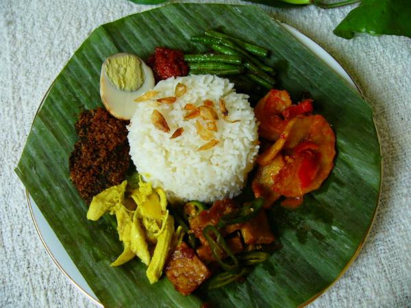 6. Nasi begana  Tegal không chỉ nổi tiếng với món warung tegal (warteg) mà còn là quê hương của món nasi begana. Món ăn này có thể tìm thấy ở khắp mọi ngõ ngách thủ đô Jakarta. Nó được gói trong lá chuối để dễ dàng mang đi. Bạn có thể ghi chú trong sổ tay mình nhà hàng Sate Khas Senayan ở Jakarta để thưởng thức món cơm này. Ảnh: indonesianculinary.
