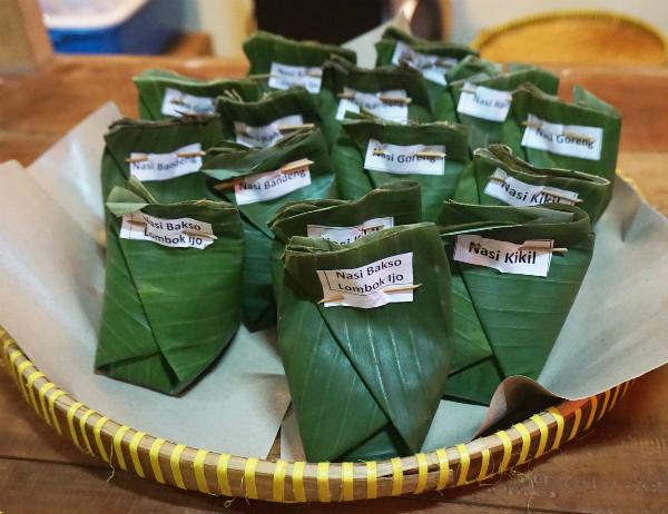 7. Nasi kucing  Rẻ và ngon là hai tính từ dùng để miêu tả nasi kucing. Giống như nasi jinggo, món cơm này có khẩu phần rất ít nên bạn có thể ăn nhiều phần cùng một lúc. Bạn hãy đến nhà hàng Gerobak Betawi, Jakarta để nếm thử. Ảnh: diahdidi.