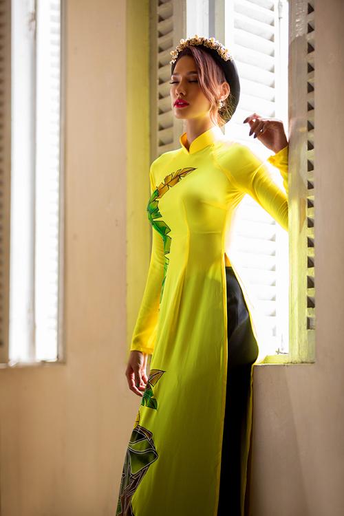 [Caption]Đối lập với phong cách cá tính, mạnh mẽ thường thấy, Lilly trở nên đằm thắm hơn trong trang phục truyền thống.