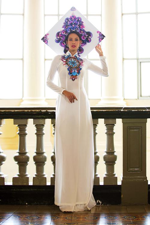 [Caption]Kết hợp với những chiếc mấn vành tạo nên sự đa dạng và cuốn hút cho người mặc. Nhà thiết kế vẫn trung thành với phom dáng truyền thống của áo dài tạo nên sự đằm thắm duyên dáng của người Việt.