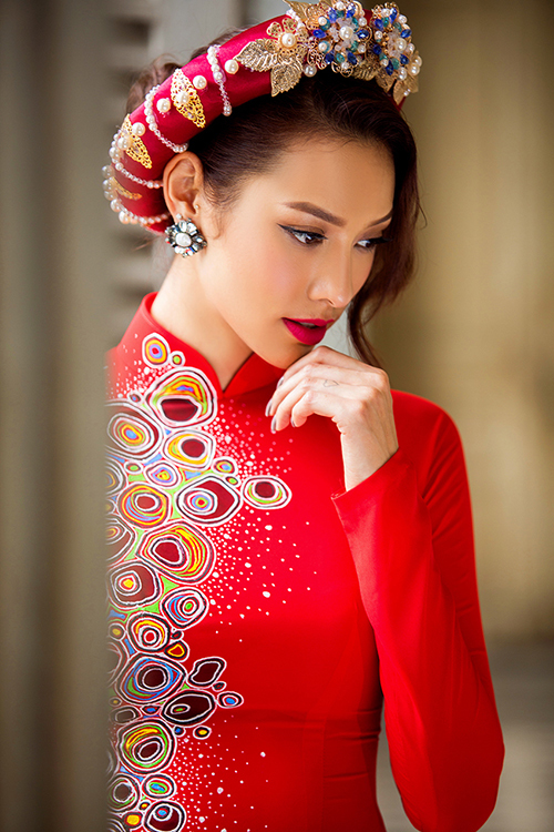 [Caption]Thay vì những mẫu áo dài ren cầu kỳ, cô dâu có thể gây ấn tượng với quan khách trong ngày trọng đại bằng áo dài lụa họa tiết hoa tươi sáng.