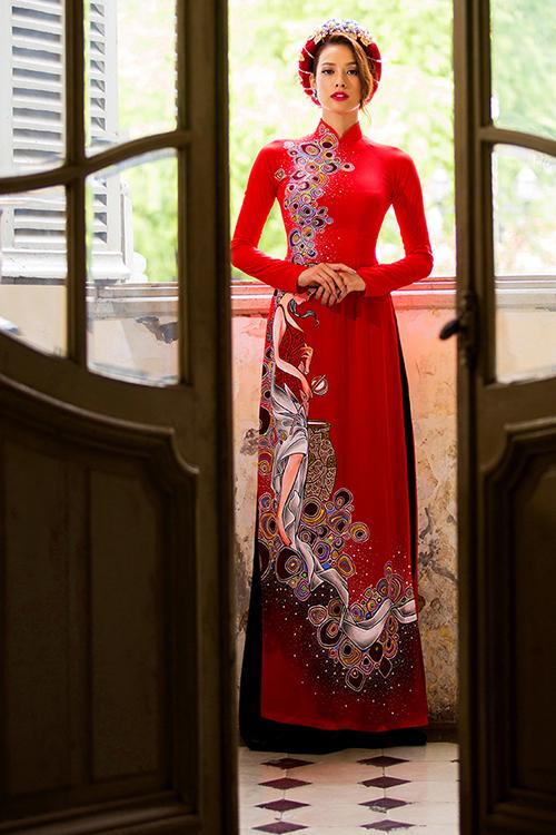 [Caption]Trên nền vải lụa đỏ, hoa văn với màu sắc đối lập được vẽ bằng tay một cách tỉ mỉ, mang đến điểm nhấn thú vị cho cô dâu trong ngày cưới.