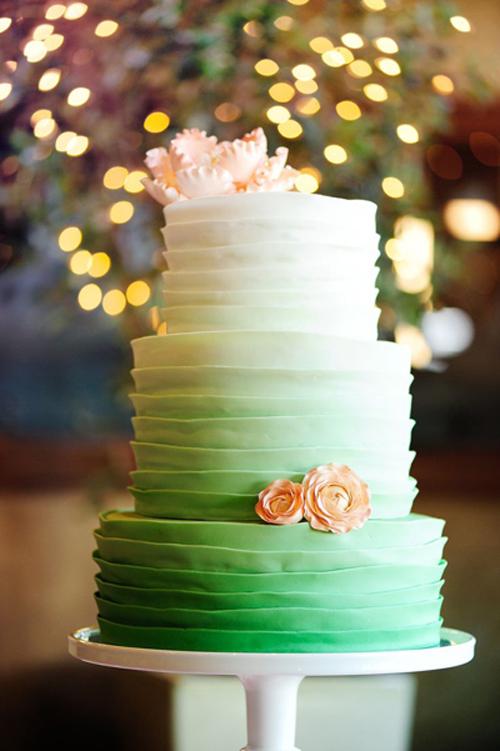 [Caption]]Kiểu bánh và cách kết hợp màu sắc từ đậm tới nhạt khá đa dạng, tùy theo màu chủ đạo của đám cưới và sở thích của cô dâu chú rể
