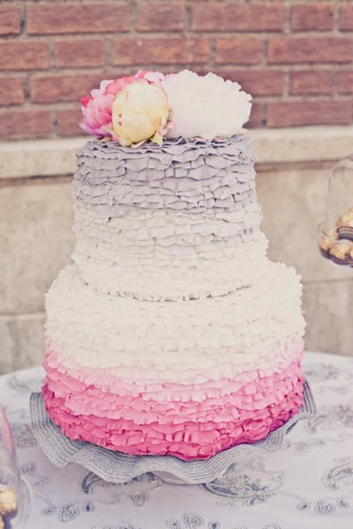 [Caption]Một chiếc bánh cưới sẽ là điểm nhấn nhẹ nhàng, đáng yêu trong đám cưới. Bánh cưới hồng còn đặc biệt phù hợp với cách trang trí bèo nhún mềm mại vì càng tôn lên vẻ đẹp dịu dàng cho mẫu bánh.