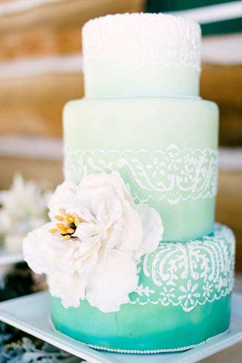[Caption]Mùa hè, cô dâu chú rể có thể chọn chiếc bánh tông màu xanh của biển để làm đẹp cho đám cưới.