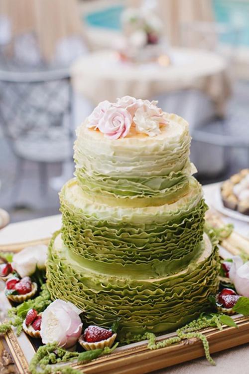 [Caption]Chỉ với một gam màu duy nhất nhưng cách chọn sắc độ màu khác nhau, tạo nên chiếc bánh cưới ombre vừa độc đáo, vừa nhẹ nhàng.