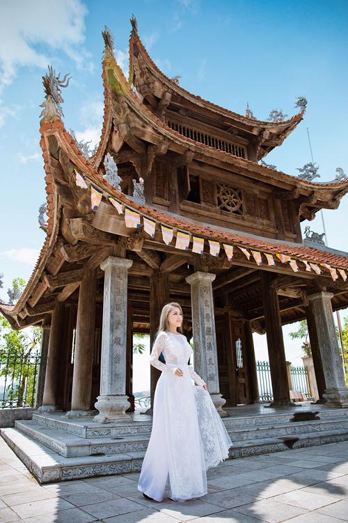 [Caption]Áo dài trắng tinh khôi vốn được yêu thích trong đám cưới, nhưng để làm nổi bật tà áo cổ điển, họa tiết hoa trên áo được đính nổi, cầu kỳ, sang trọng. Phần thân trên may bằng chất liệu voan mỏng, khéo léo khoe nét quyến rũ.