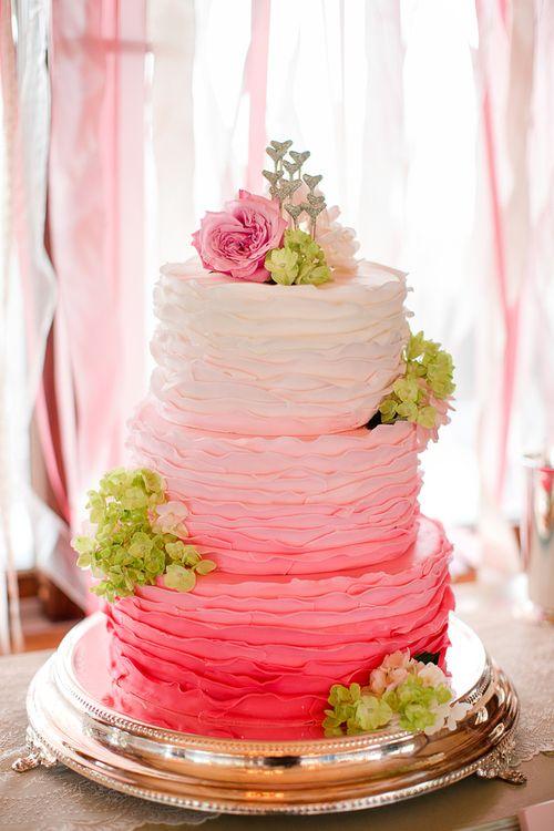 [Caption]Màu ombre hay còn gọi là tông màu đổ, được biết đến từ năm 2012, nhưng đến nay vẫn là thiết kế đẹp để trang trí bánh cưới.