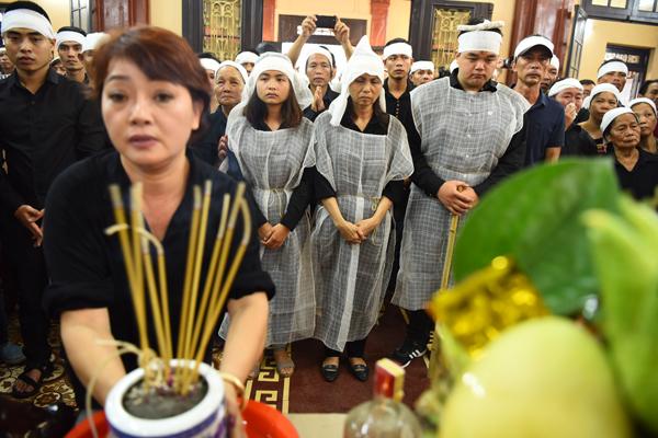 vo-nsut-han-van-tinh-gan-nhu-kiet-suc-trong-tang-le-cua-chong-3