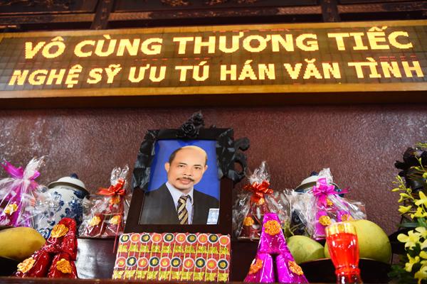 vo-nsut-han-van-tinh-gan-nhu-kiet-suc-trong-tang-le-cua-chong-2