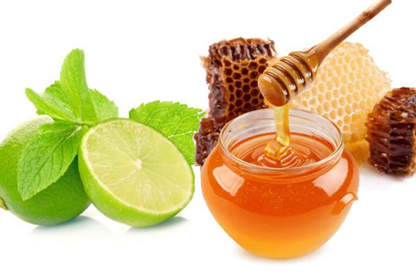 chanh chứa nhiều axit xitric có tác dụng tốt trong việc tẩy rửa. Bởi vậy, chanh sẽ giúp môi bạn bớt thâm và trông hồng hào hơn. Bên cạnh chanh, hãy kết hợp thêm với mật ong sẽ là dung dịch tuyệt vời để nuôi dưỡng làn môi mềm mại.