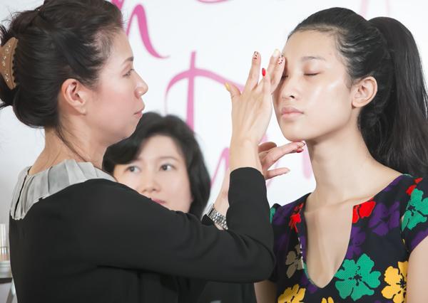 Chuyên gia trang điểm người Nhật Bản, Mari, cho biết, kiểu trang điểm tự nhiên rất hợp với vẻ đẹp của phụ nữ châu Á.