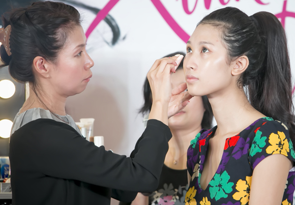 Lớp trang điểm nền cần bao gồm đủ các bước kem lót, kem nền và phấn phủ, tuy nhiên, nên sử dụng các sản phẩm có công thức nhẹ và giàu dưỡng ẩm để khuôn mặt trông không nặng nề.