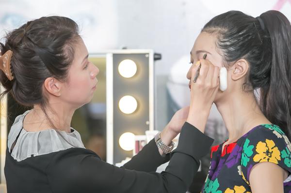 Hai điểm nhấn chính trên khuôn mặt cần đặc biệt chú ý là hàng lông mày và đôi môi.
