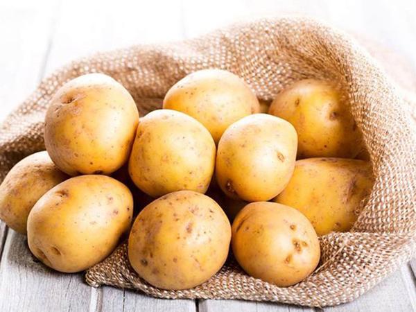 Vitamin C, B1, B2 trong củ khoai tây còn giúp nuôi dưỡng làn da sau mụn