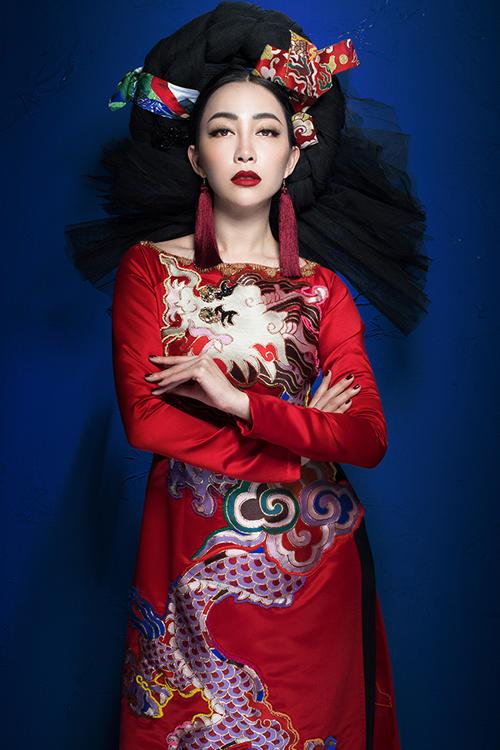 linh-nga-the-hien-quyen-luc-voi-vay-ao-hoa-tiet-rong-phuong-4